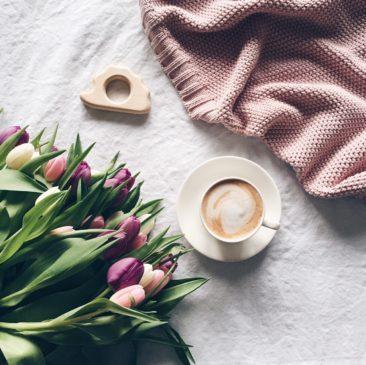"<a href=""https://colorstories.pl/kategoria-produktu/kocyki/"">Duży koc dla mam perłowy róż</a>"